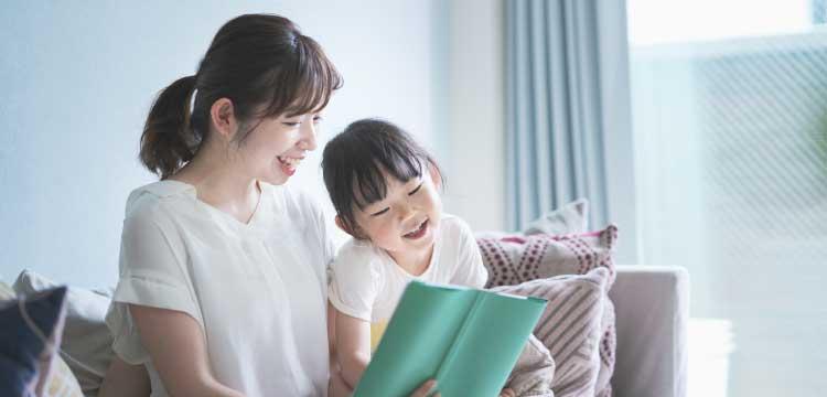 自宅で英語の復習をする親子