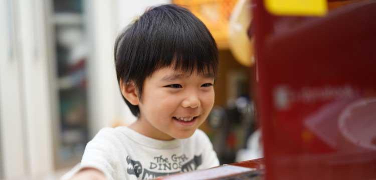 オンラインレッスンで英会話を学ぶ子ども