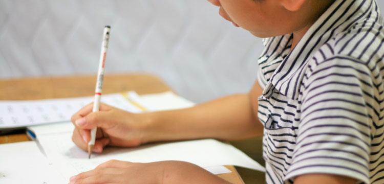 勉強する小学一年生