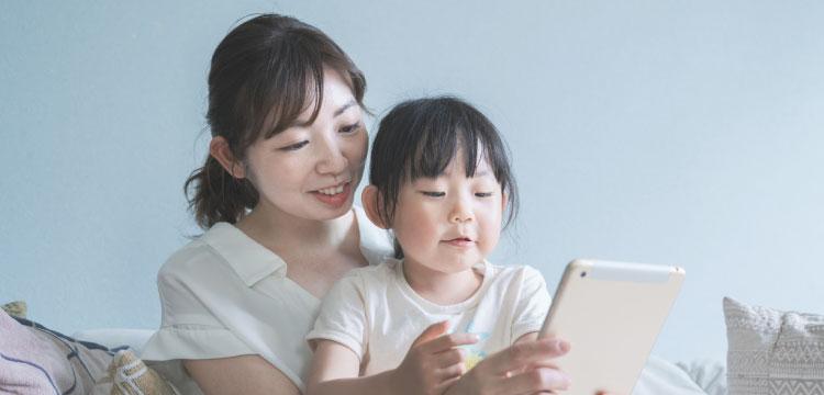 タブレットを使って英語を勉強する親子